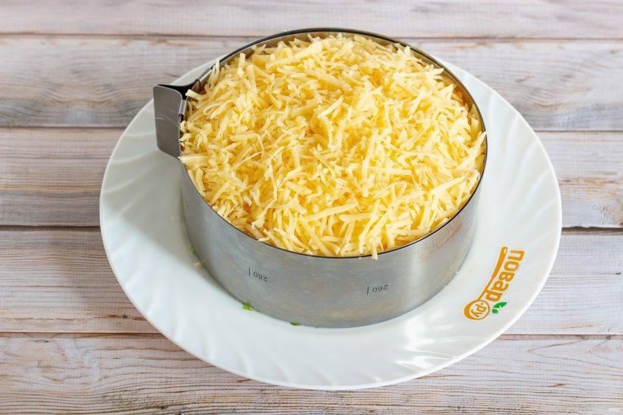 8 слой: тертый на крупной терке сыр.