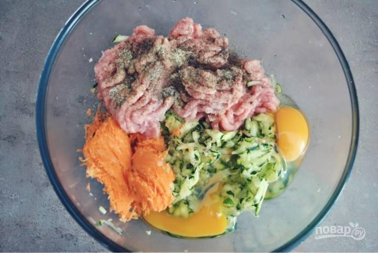 3. Соедините овощи и фарш. Вбейте яйца, добавьте соль и специи по вкусу. Тщательно перемешайте все до однородности.