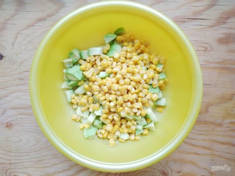 4. Затем нарезанные ингредиенты перемешайте и добавьте кукурузу.