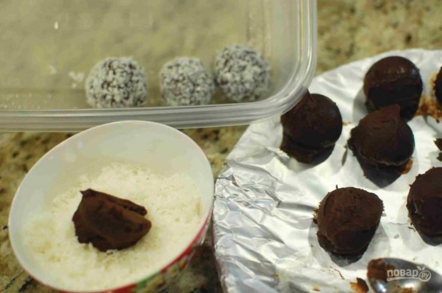 7.Достаньте шарики из морозилки. Подготовьте кокосовую стружку, измельченные орехи и какао. Выложите все в разные тарелки. Обваляйте шарики в разных тарелках.
