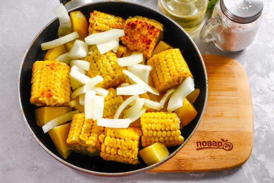 Нарежьте полукольцами очищенный лук и добавьте в емкость. Обжарьте все еще 2-3 минуты.