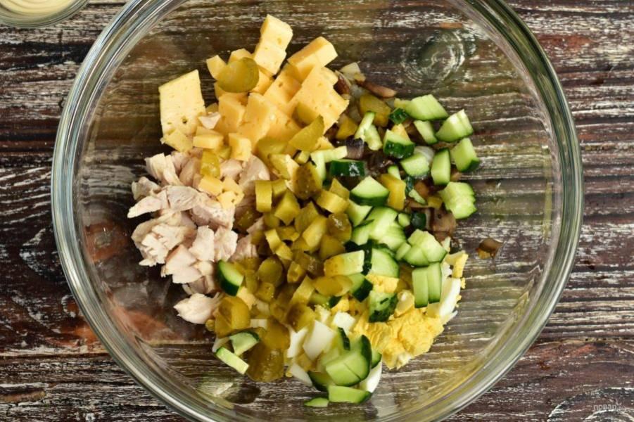 Выложите все подготовленные ингредиенты в миску.