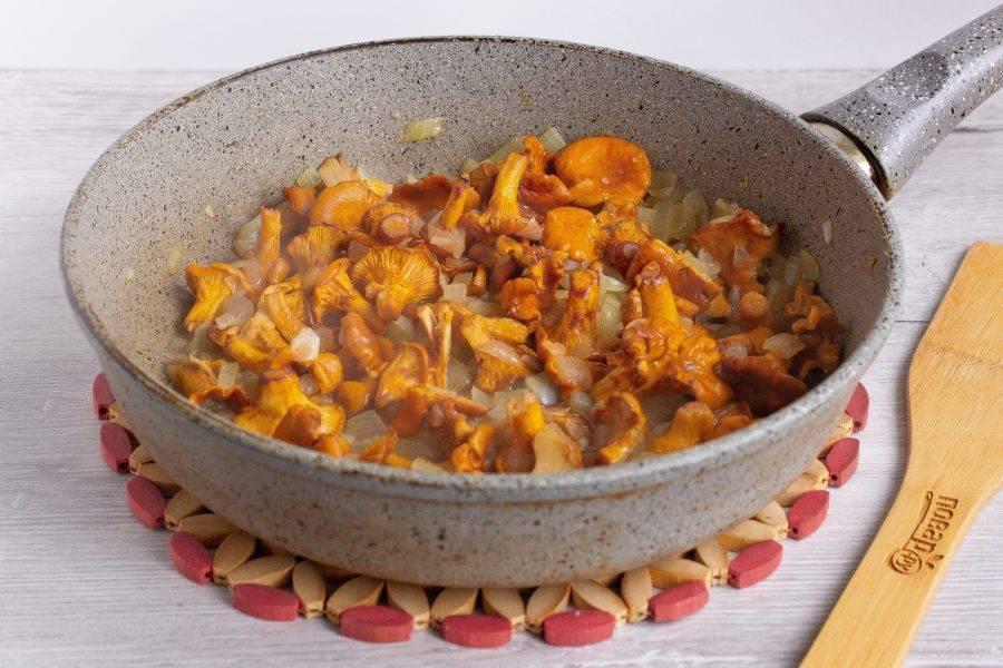 3. Тем временем вымойте, обсушите и измельчите грибы. Выложите грибы с луком и чесноком на разогретую сковороду и обжарьте минут 5-7, помешивая.