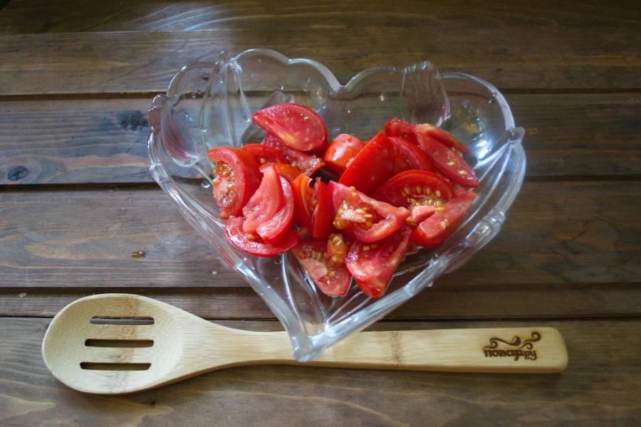 Свежие и упругие помидоры вымыть, удалить место плодоножки. Нарезать на кусочки. Вид нарезки выбирайте индивидуально. Кто-то любит крупно, а кто-то мелко.
