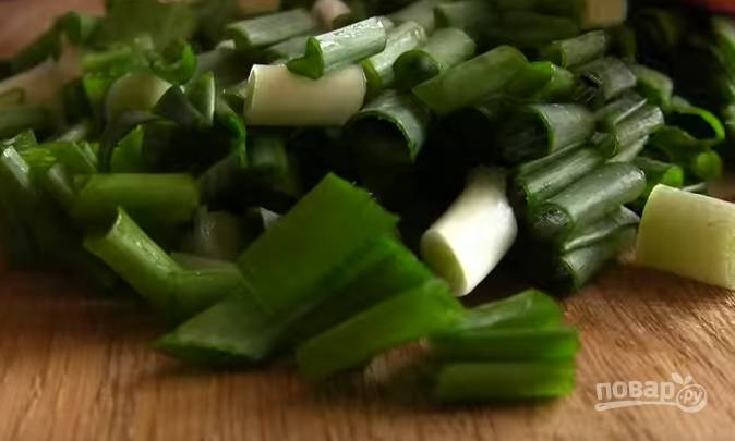 2. Зелень помойте и обсушите. Нарежьте мелко.