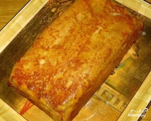 Отправляем в разогретую до 180 градусов духовку на минут 25. Потом пирог переворачиваем и смазываем сливочным маслом.