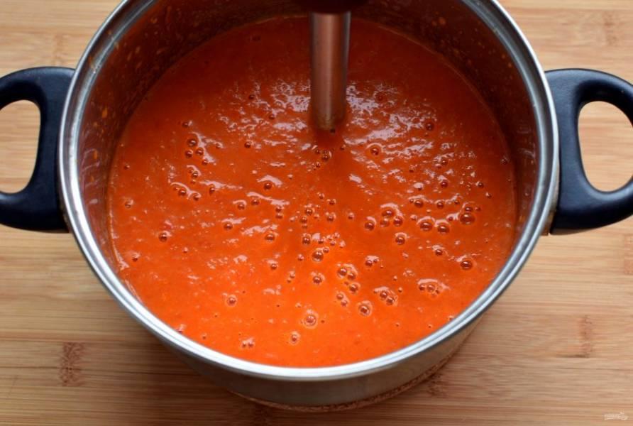 Добавьте протертые спелые помидоры и тушите до мягкости перца. По желанию, можно добавить немного винного уксуса. Влейте пол литра кипятка и варите 3 минуты. Пробейте суп блендером до гладкости. Выложите кукурузу и варите еще пару минут.