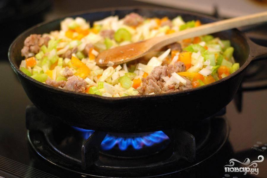 3. Пока колбаса готовится, нарезать лук, фенхель, болгарский перец, сельдерей и чеснок.  Удалить листья от стеблей розмарина и мелко нарезать. Добавить овощи, чеснок и розмарин на сковороде и обжарить с колбасой до готовности, около 5-7 минут.