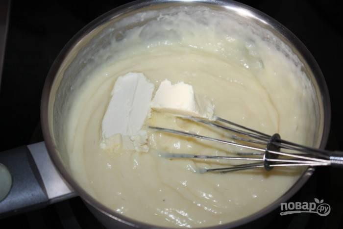 Варите крем до загустения. В конце добавьте масло. Снимите массу с огня и хорошо перемешайте.