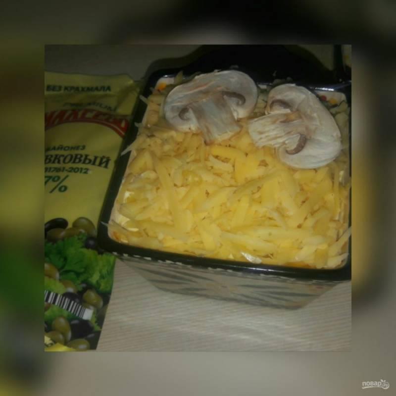 Выложите в форму или кокотницу, посыпьте тертым сыром, сверху положите грибы и отправьте в разогретую духовку на 10-15 минут. Запекайте при температуре 200 градусов.
