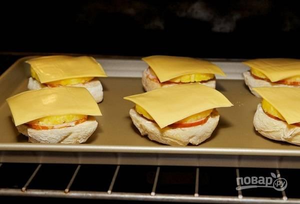 5. Отправьте бутерброды в духовку и запекайте минут 10-12, пока сыр не расплавится.