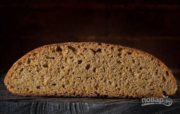 8. Влажными руками перед выпечкой подформируйте хлеб и отправьте в разогретую духовку (на максимум) на 15 минут. После уберите температуру до 200 градусов и держите еще около 25 минут. Готовый хлеб чуть сбрызните водой и остудите.