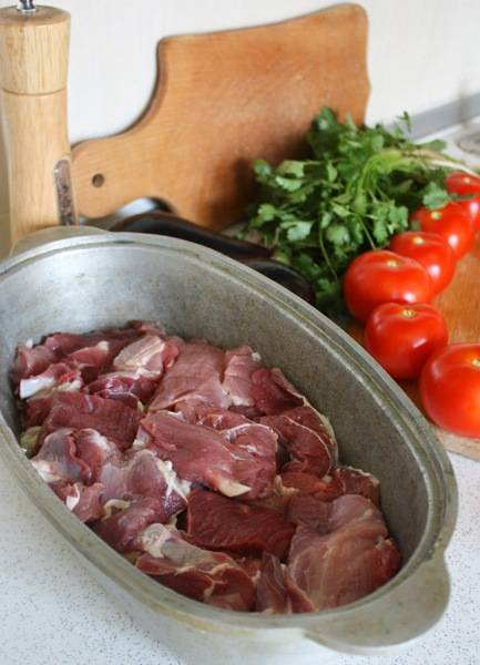 2. Теперь режем мясо средними кусочками, выкладываем поверх картофеля. По желанию солим и перчим.