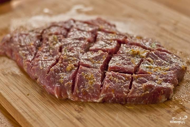 5. Полученной смесью смажьте мясо со всех сторон.