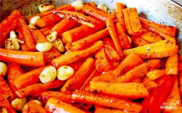 Замаринованную морковь тем временем обжариваем в растительном масле на среднем огне. Зажаривать не нужно, просто немного припустить.