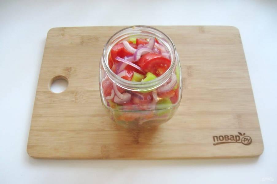 В стерилизованные баночки выложите салат и залейте маринадом. Поставьте банки в кастрюлю с теплой водой, на дно которой постелите салфетку. Стерилизуйте банки с салатом 15 минут.