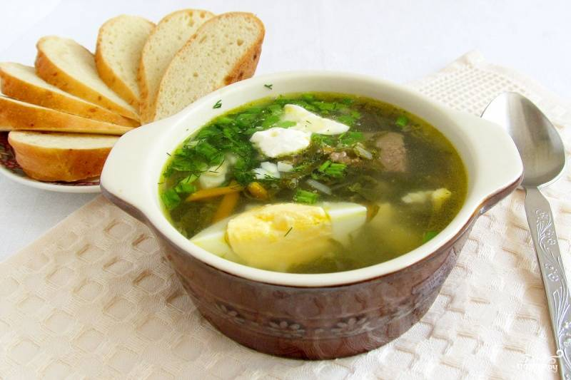 Подаем вкусный борщ вместе с рубленым вареным яйцом. Сметану кладем по желанию. Кушаем, пока не остыл. Приятного аппетита!