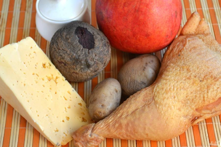Подготовьте все необходимые ингредиенты, отварите заранее картофель и свеклу.
