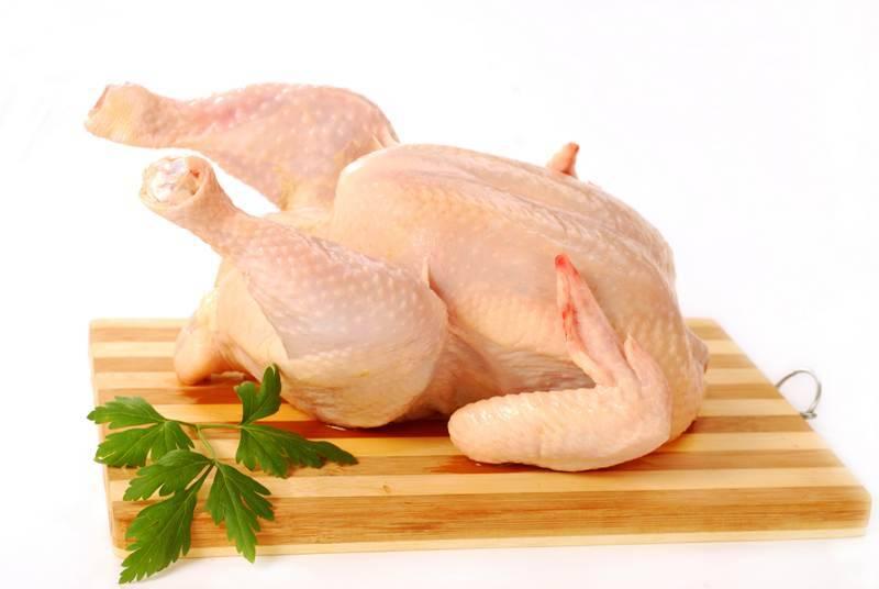 1. Возьмите курицу среднего размера, но перед этим замочите за час чернослив. Разделайте ее на части  и обваляйте в муке.