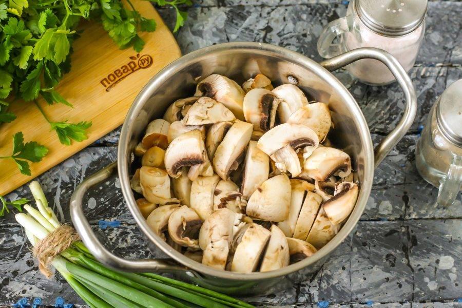 Грибы тщательно промойте в воде, смывая с них всю грязь и пыль. Нарежьте средними кубиками и высыпьте нарезку в кастрюлю или казан.