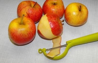 2. Обязательно нужно снять кожуру с каждого яблока. Только после этого их можно мыть и чистить дальше.