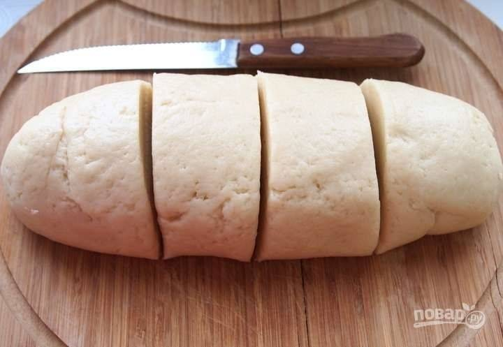 3. Разделите тесто на 4 одинаковые части.