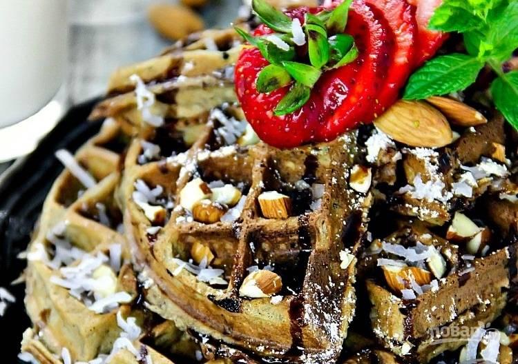 5.Подавайте вафли теплыми или холодными, украсьте их измельченным миндалем, кокосовой стружкой и шоколадным сиропом.