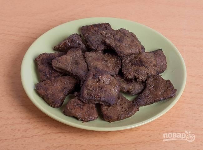 2.Сковороду разогреваю с подсолнечным маслом, обжариваю печень по 2 минуты с каждой стороны. Перекладываю на салфетку и обмакиваю от лишнего жира.