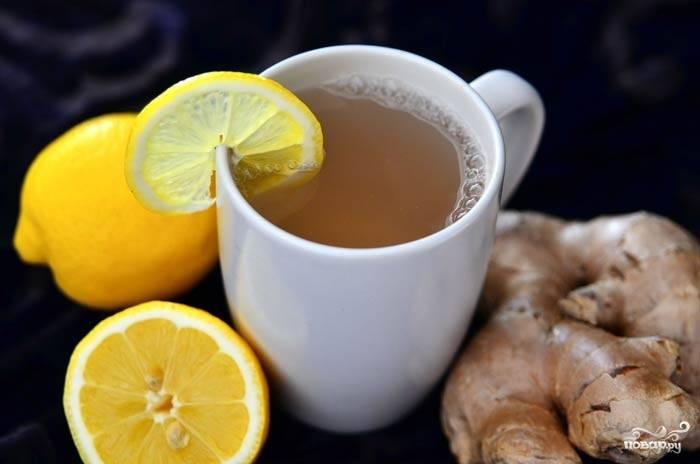 2) В кипяток добавьте имбирь, оставьте настаиваться. На 1 чашку кипятка берем кружок лимона около 1 см толщиной. Когда чай немного остынет, процеживаем его, добавляем мед и перемешиваем. Пробуем напиток. Он не должен быть слишком острым, чтобы дети стали его пить.