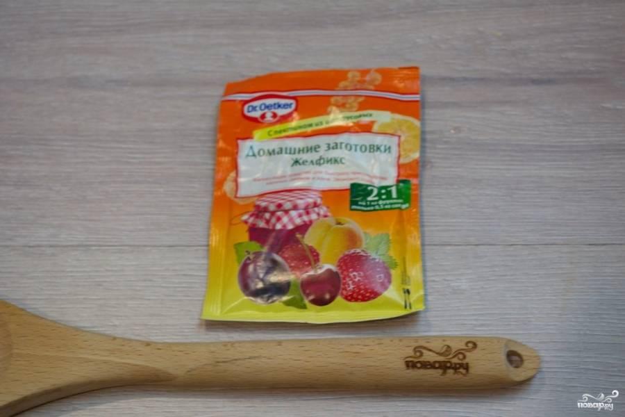 В массу добавьте желфикс. Это специальное желирующее средство для консерваций. Прочтите инструкцию на упаковке и добавляйте продукт в указанной пропорции.