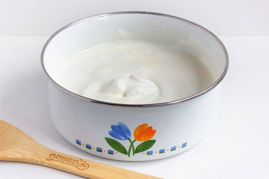 Соедините белки и желтки. Аккуратно перемешайте лопаточкой движениями снизу вверх. Добавьте остывшее растопленное сливочное масло.