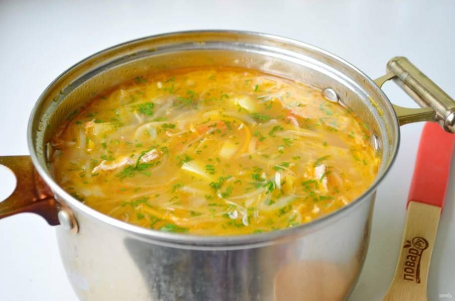 7. Заправьте суп зеленью или пряными травами и снимите с огня.