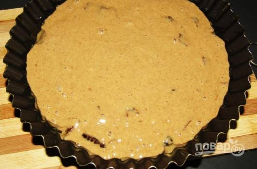 Форму для выпечки смажьте маслом. Влейте в неё тесто. Разогрейте духовку до 180 градусов.