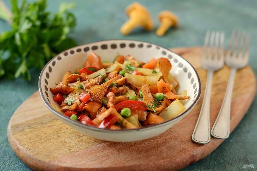 Овощное рагу с лисичками готово, подавайте его с мелко порубленной зеленью. Приятного вам аппетита!