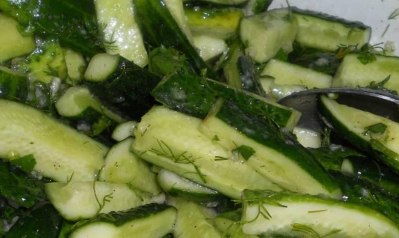Приготовим чесночный соус. Пропускаем чеснок через пресс, смешиваем с горчицей, солью, перцем, сахаром, растительным маслом и измельченной зеленью. Добавляем соус к огурцам, тщательно перемешиваем и оставляем на 40 минут.
