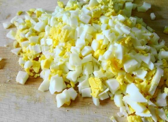 Яйца отварите, остудите и мелко нарежьте.