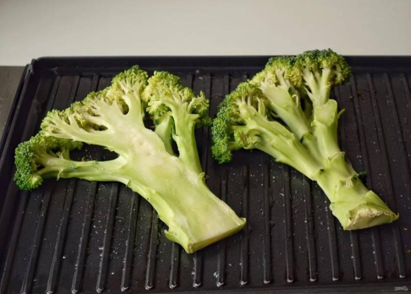 Разогрейте электрогриль на среднем огне, смажьте растительным маслом. Обжарьте брокколи 3-4 минуты с каждой стороны.