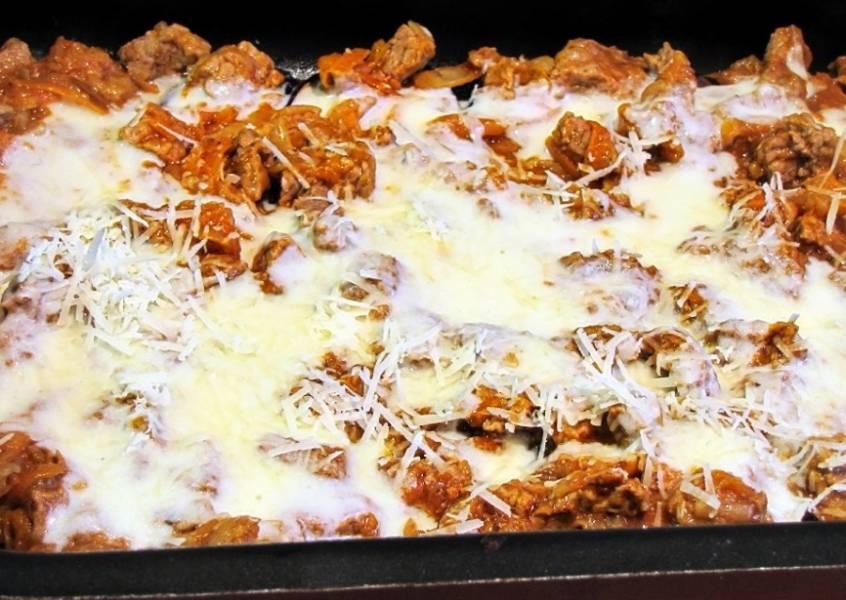 Теперь наступает время «сборки». Берем форму для запекания, смазываем ее маслом. На дно выкладываем сплошным слоем запеченные ломтики баклажанов. На них — слой мясо-овощной начинки. Заливаем все соусом бешамель, посыпаем тертым сыром. Выкладываем следующий слой баклажанов, следующий слой начинки, снова заливаем соусом и посыпаем сыром. Слоев может быть сколько угодно, все зависит от ваших желаний и глубины формы. Самый верхний слой — баклажаны под соусом и сыром. Приведенные здесь количества ингредиентов позволяют собрать мусаку из трех слоев баклажанов и двух слоев мяса в форме размерами примерно 30 х 20 см. Этого хватит человек на шесть. Ну, или на четверых, но до отвала.