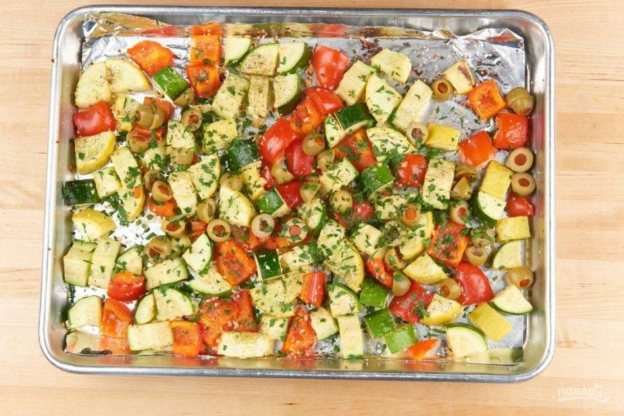 2. Затем овощи переложите на противень. Полейте их 2 ст. ложками масла, добавьте соль и перец. Потом отправьте в духовку на 22 минуты при 220 градусах. После достаньте и добавьте оливки с петрушкой. Перемешайте.