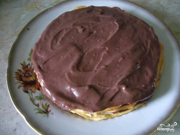 4. Вот и все, теперь можно выкладывать по одному блинчики и смазывать их кремом. Между слоями можно выложить также ягоды, орешки или сухофрукты, например. Готовый тортик оставьте минимум на пару часов, чтобы он как следует пропитался.