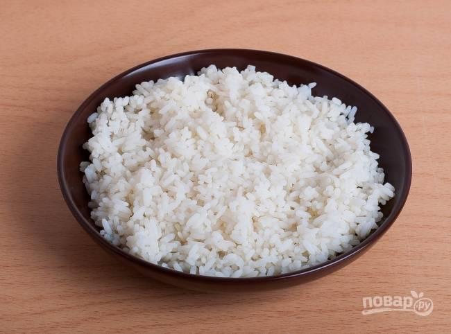 4.Отвариваю рис в подсоленной воде, затем откидываю на дуршлаг и промываю в холодной воде.