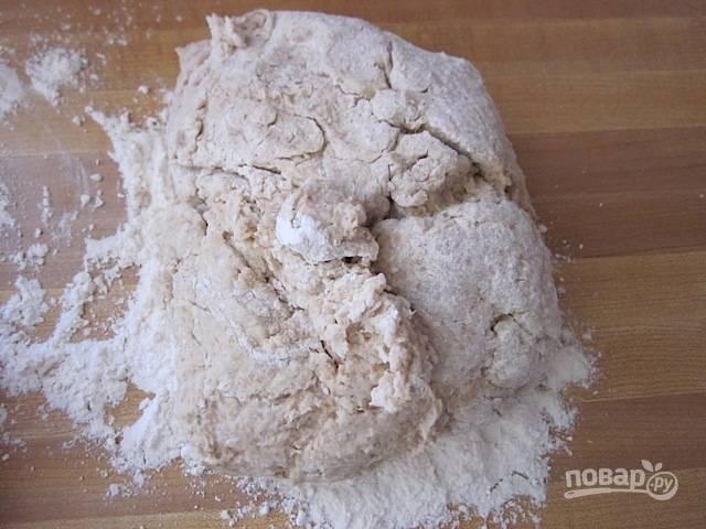 6.Когда для перемешивания ложкой тесто уже слишком тугое, переложите его на стол, присыпанный мукой.