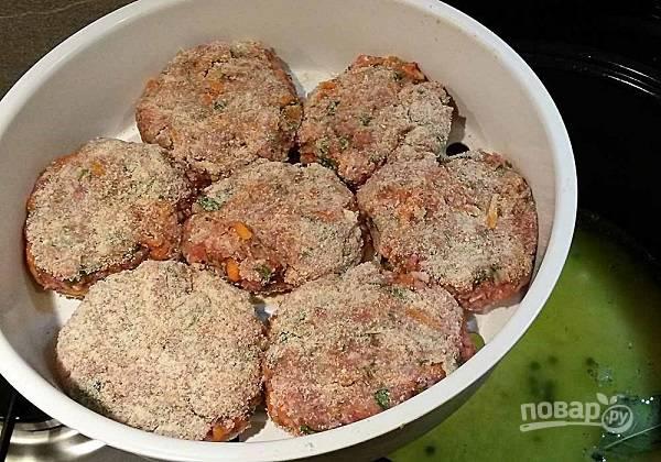 2. Аккуратно обваляйте их в панировочных сухарях и выложите в контейнер для приготовления на пару.