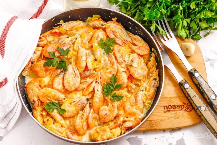 Украсьте блюдо свежей зеленью петрушки и подайте к столу прямо в сковороде.