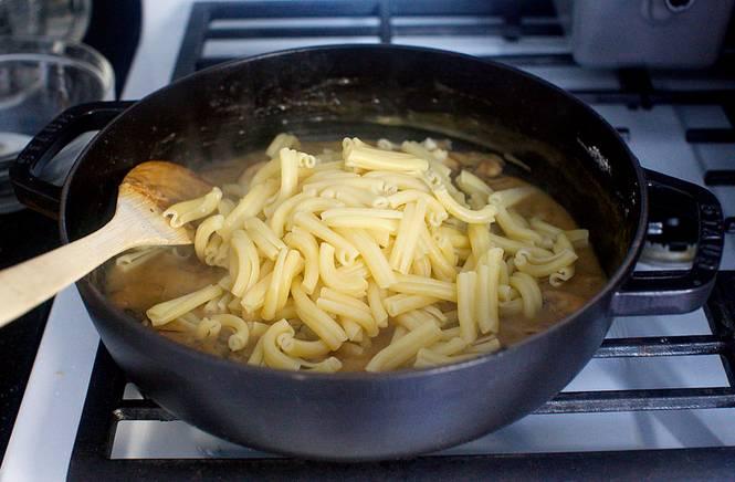 5. Готовые макароны откинуть на дуршлаг, чтобы стекла лишняя вода, а затем соединить с грибами.