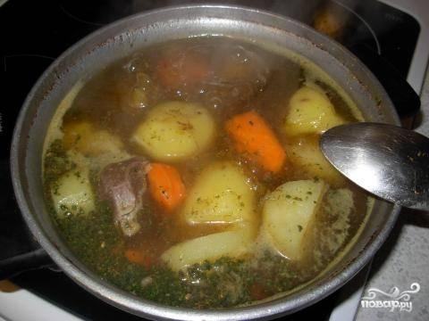 В казан долить воды и варить вместе с овощами 40 минут на медленном огне.