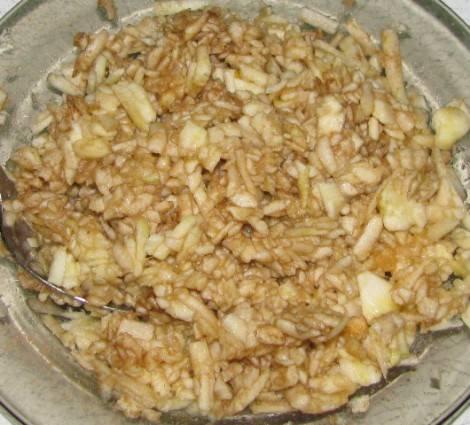 6. Тщательно перемешать и начинка готова. Блинчики с яблоками и корицей в домашних условиях готовить действительно очень просто.