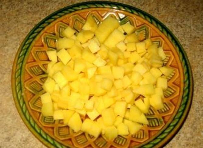 Оставшийся картофель порежьте кубиками.