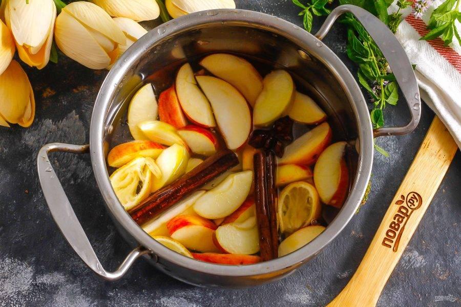 Влейте воду и поместите емкость на плиту. Отварите примерно 10 минут с момента закипания, чтобы яблочная нарезка отдала жидкости свой цвет, вкус и аромат.