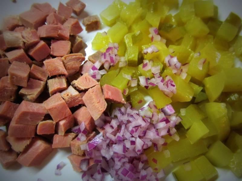 Мясо, огурцы, лук порезать.